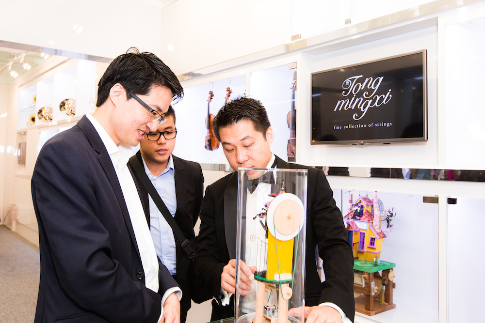 Lawrence Chong observes a live demonstration of an automaton by Tong Ming Xi.
